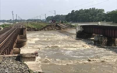 Overflowing rivers inundate new areas in Bihar